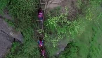 школьники карабкаются по скале