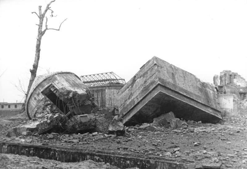 Разрушенные останки гитлеровского фюрербункера - 1947 год.