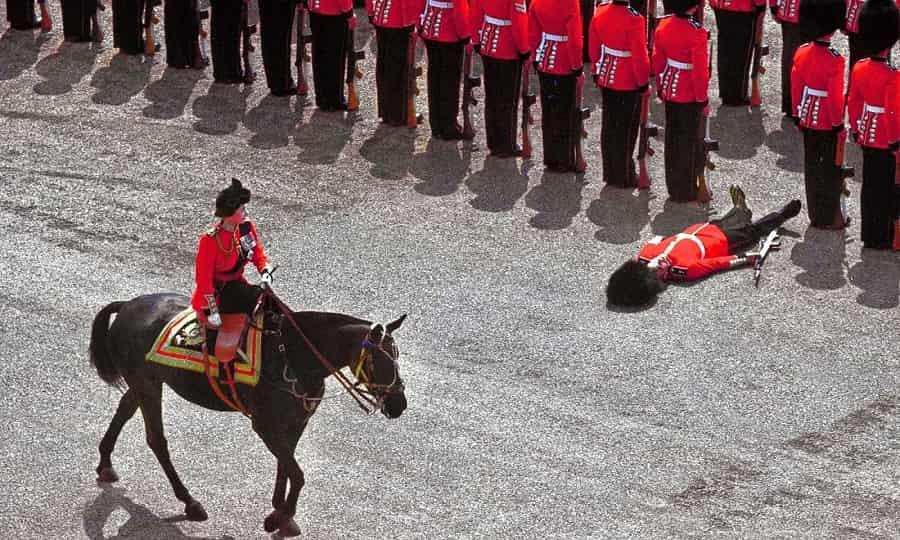 охранник теряет сознание