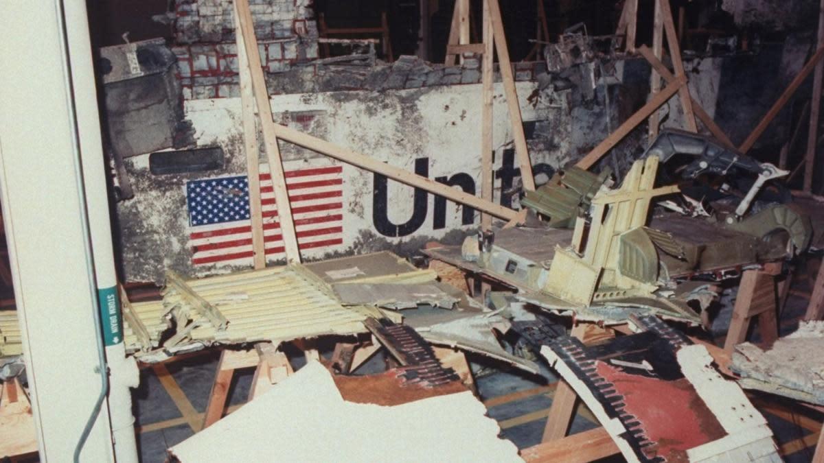 """Обломки """"Челленджера"""" изучаются в логистическом центре Космического центра Кеннеди.  (Кредит: Time Life Pictures / НАСА / Коллекция изображений LIFE / Getty Images)"""