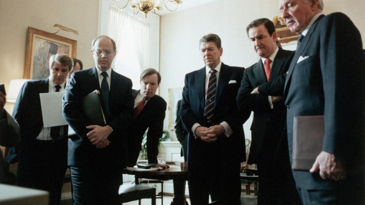 Президент Рональд Рейган и члены его администрации наблюдают за взрывом Челленджера из Белого дома.  (Кредит: Corbis через Getty Images)