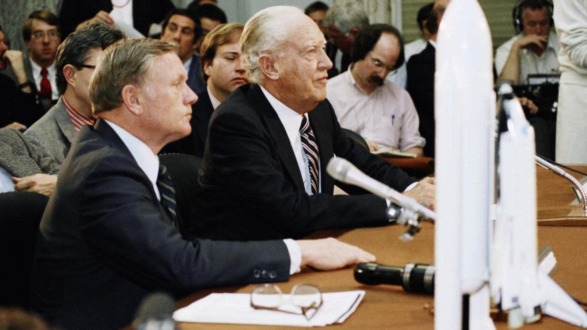 """Уильям Роджерс (справа), председатель президентской комиссии по расследованию катастрофы шаттла """"Челленджер"""", дает показания перед подкомитетом Сената по науке, технологиям и космосу на Капитолийском холме в Вашингтоне.  (Источник: Скотт Стюарт / AP Photo)"""